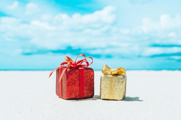 Caixas de presente na praia. tours quentes ou conceito de férias de férias com o mar de verão.