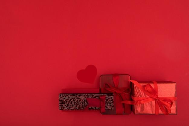 Caixas de presente no espaço de cópia de fundo vermelho