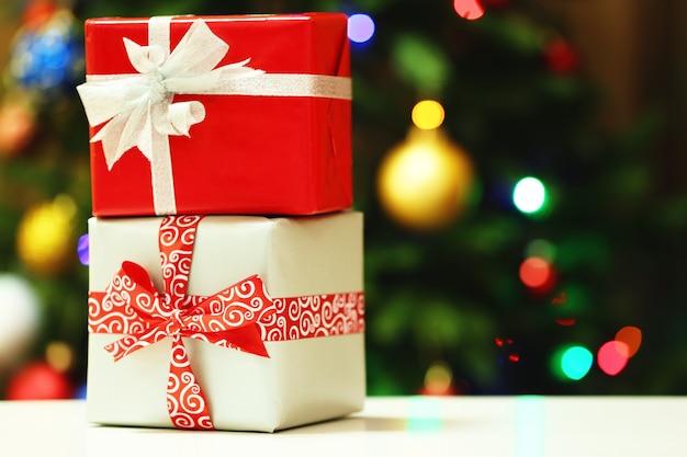 Caixas de presente no fundo das luzes da árvore de natal