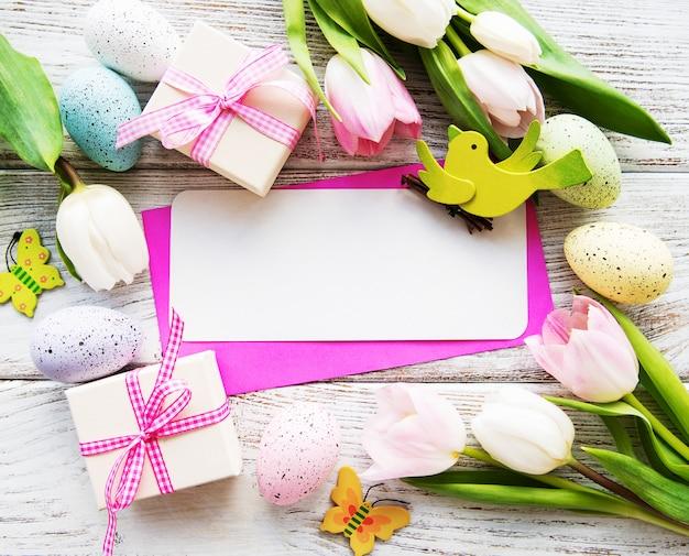 Caixas de presente, ovos de páscoa e buquê de tulipas
