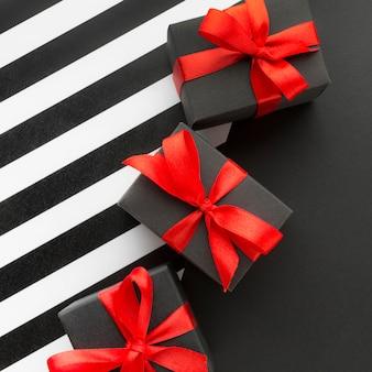 Caixas de presente pretas com fita conceito cyber segunda-feira