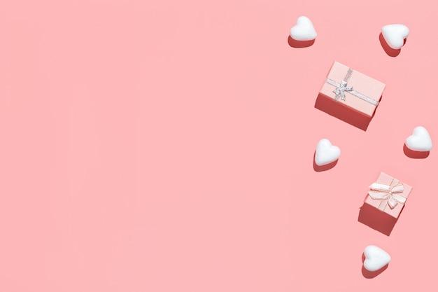 Caixas de presente rosa e brancas corações decorativas em rosa