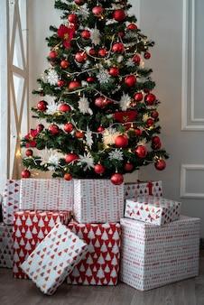 Caixas de presente sob a árvore do abeto para o natal ou ano novo. fundo de inverno