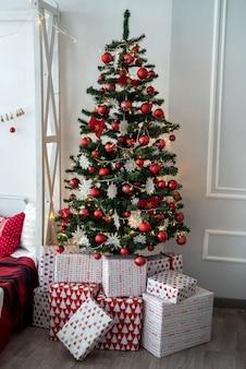 Caixas de presente sob um pinheiro para o natal ou ano novo