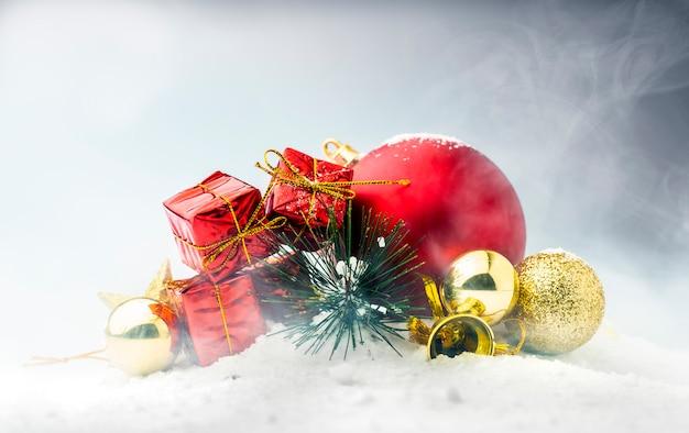 Caixas de presente vermelha com bolas de natal coloridas