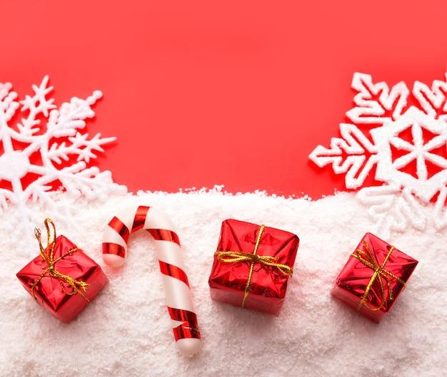 Caixas de presente vermelhas com neve branca