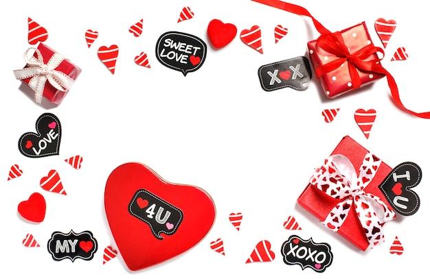 Caixas de presente vermelhas e corações vermelhos, isolados no fundo branco. conceito dia dos namorados
