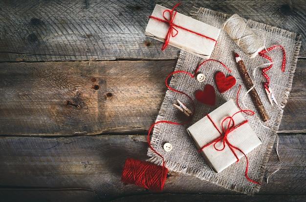 Caixas de presente vintage com tag presente em branco sobre fundo de madeira velho.