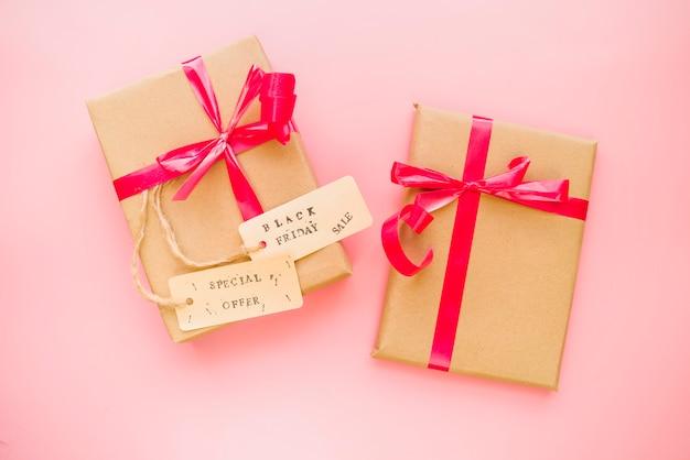 Caixas de presentes com arcos e tags de venda