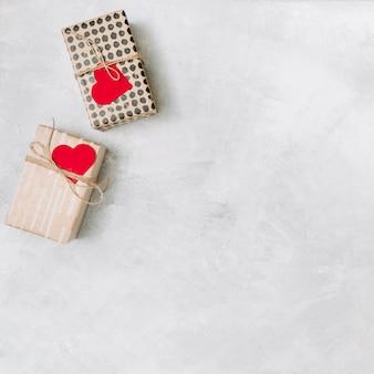Caixas de presentes com corações de papel de ornamento