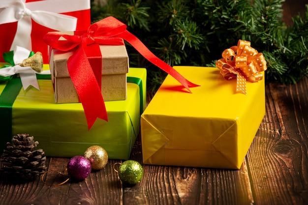 Caixas de presentes com enfeites de natal em fundo de madeira
