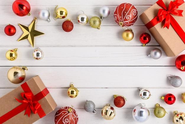 Caixas de presentes com fitas festivas e enfeite de natal em madeira branca