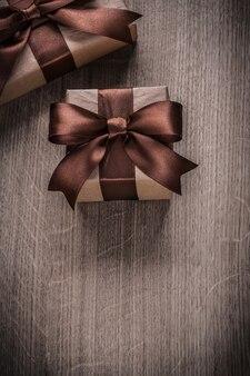 Caixas de presentes com fitas marrons versão vertical celebração conceito