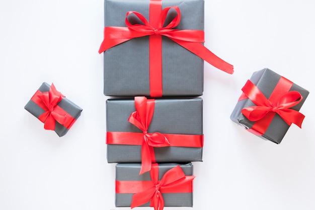 Caixas de presentes com fitas vermelhas