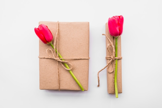 Caixas de presentes com flores brilhantes