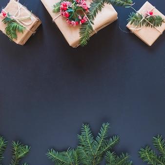 Caixas de presentes com flores e ramos de abeto