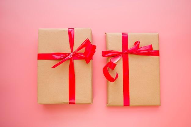 Caixas de presentes com laços vermelhos