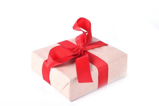 Caixas de presentes de ano novo ou dia dos namorados amarradas com fita vermelha, isolada em um fundo branco