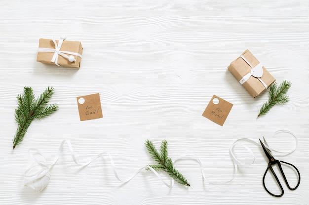 Caixas de presentes de natal embrulhadas em papel kraft
