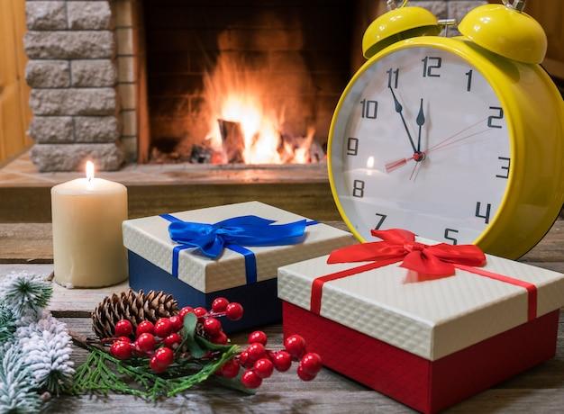 Caixas de presentes e despertador amarelo em casa