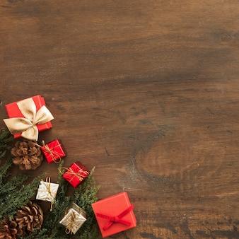 Caixas de presentes e senões perto de galhos de coníferas