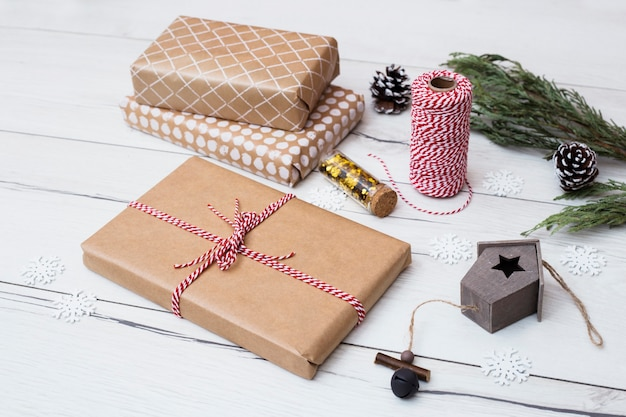 Caixas de presentes em envoltórios perto de decorações de natal
