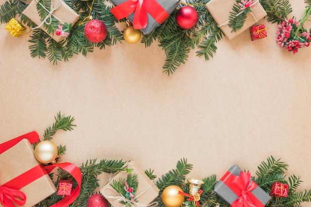 Caixas de presentes em galhos de natal e bolas