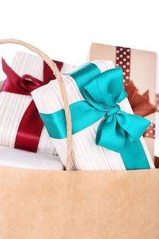 Caixas de presentes em saco de papel isoladas em branco
