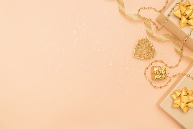 Caixas de presentes no fundo dourado para aniversário, natal ou cerimônia de casamento