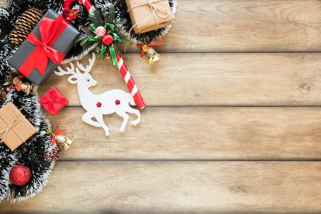 Caixas de presentes perto de veado de brinquedo e ouropel