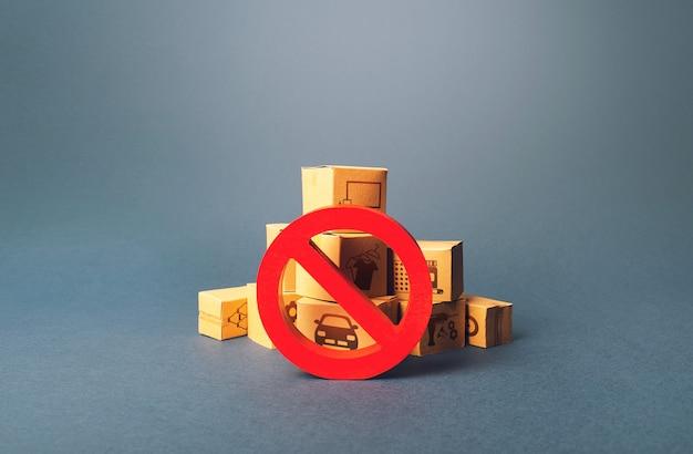 Caixas e sinal de proibição vermelho no.