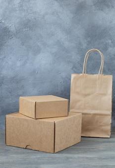 Caixas e um pacote para embalagem de compras