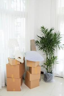 Caixas e vaso de flores em apartamento novo