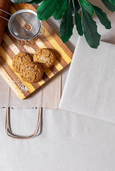 Caixas embaladas sacola de compras para entrega de alimentos e planta verde na vista superior do fundo cinza