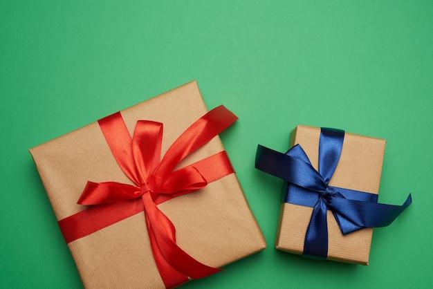 Caixas embrulhadas em papel pardo e amarradas com um laço vermelho e azul