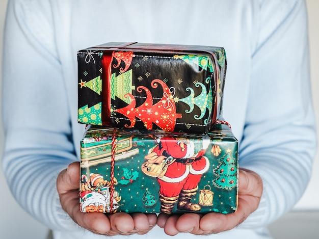 Caixas festivas com padrões de ano novo e natal