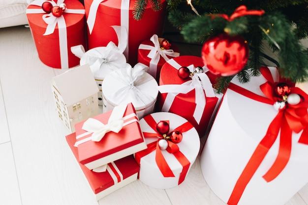 Caixas lindamente embrulhadas com presentes de natal