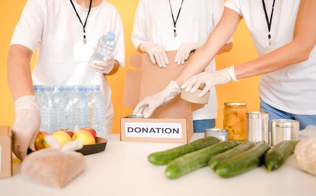 Caixas para doação de alimentos em dia de preparação