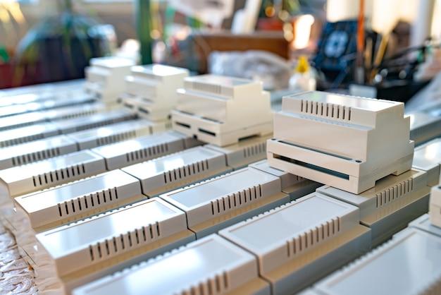 Caixas plásticas universais para a fabricação de produtos rádioeletrônicos seriais. caixa de plástico para montagem em trilho din. conceito de equipamento estratégico civil e militar