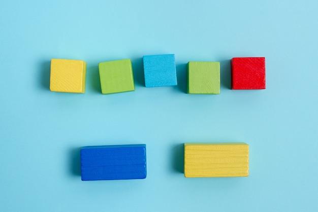 Caixas retangulares de cubo de amostra polidas com várias cores, simbolizando estabilidade e desenvolvimento de crescimento alinhado na superfície com diferentes perspectivas delimitadas por acessórios de e-suprimentos