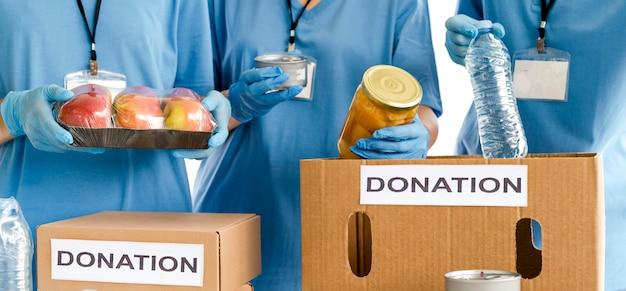 Caixas sendo preparadas com alimentos para doação