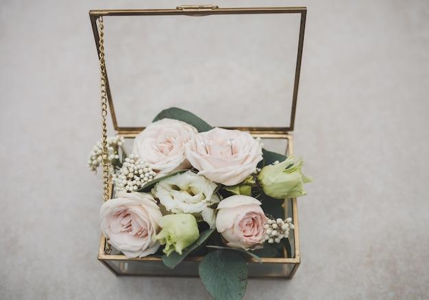 Caixinha de vidro com flores para a cerimônia de casamento
