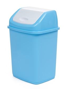 Caixote do lixo plástico isolado no branco