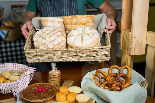 Cajado masculino segurando uma cesta de pão