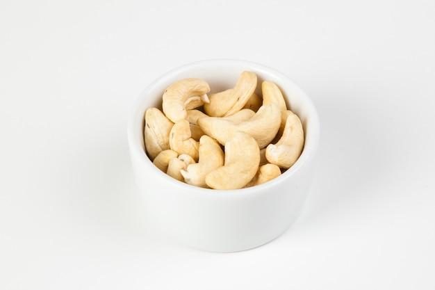 Cajus em prato branco em fundo de prato branco isolado