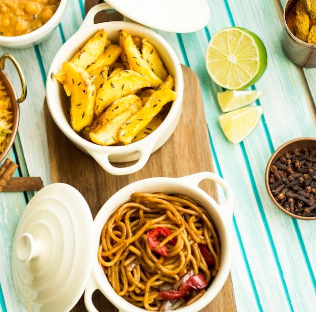 Cal e especiarias perto de batatas fritas e massas