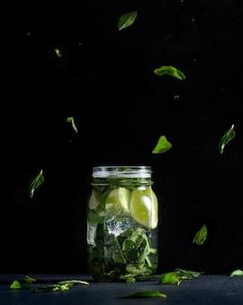 Cal e hortelã em frasco de vidro