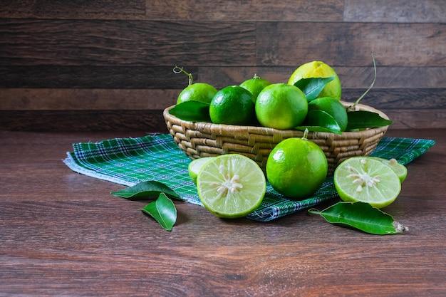 Cal fresco na cesta verde