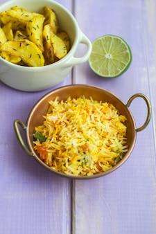 Cal perto de arroz e batatas