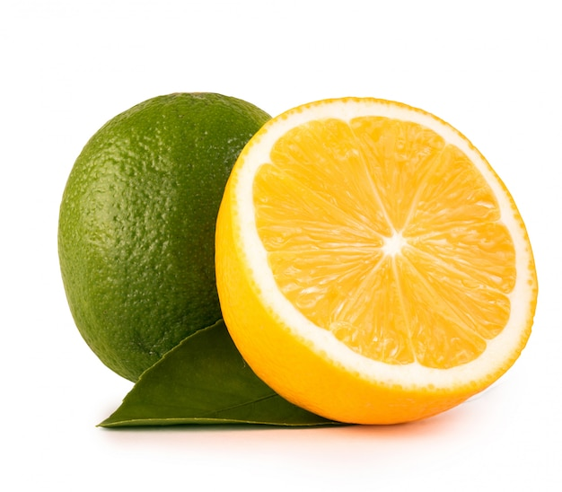 Cal verde e limão no fundo branco